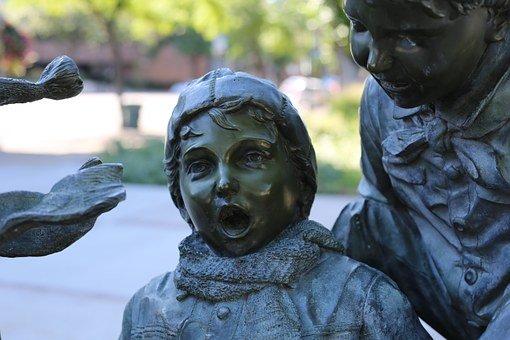 びっくりする銅像